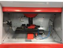 Proceso automotriz de la cortadora de las piezas del metal de acero por el CNC Imagen de archivo libre de regalías
