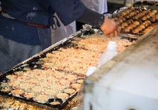 Proceso a cocinar Takoyaki, el bocado delicioso más popular de Japón foto de archivo libre de regalías