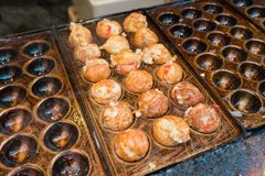 proceso a cocinar Takoyaki la mayoría del bocado delicioso popular del japa fotos de archivo libres de regalías
