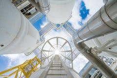 Proceso costero del petróleo y gas que tratan el gas crudo y el condensado enviados antes a la refinería terrestre y a la planta  imágenes de archivo libres de regalías