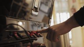 Proceso de asación profesional del café en laboratorio del artesano almacen de metraje de vídeo