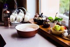 Proceso de cocinar la acción de gracias hecha casera Turquía Imagenes de archivo