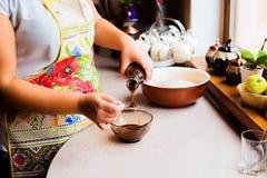 Proceso de cocinar la acción de gracias hecha casera Turquía Foto de archivo libre de regalías