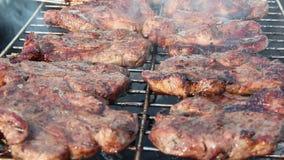 Proceso de cocinar la carne Filete en barbacoa Exterior apetitoso del cerdo de la preparación almacen de video