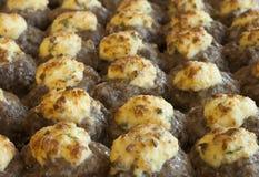 Proceso de cocinar las albóndigas con queso Fotos de archivo libres de regalías
