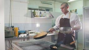 Proceso de cocinar los espaguetis - jefe en restaurante almacen de video