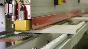 Proceso de cortar al tablero de madera en la fabricación de los muebles almacen de video