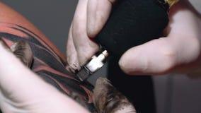 Proceso de dibujar un tatuaje en la mano masculina en primer negro de la tinta metrajes
