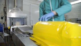 Proceso de empaquetado del queso Ciérrese para arriba del queso que procesa en la fábrica de la comida Proceso de fabricación de  metrajes