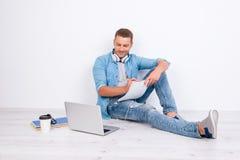 Proceso de estudiar El individuo atractivo preocupado se está sentando en el th fotografía de archivo libre de regalías