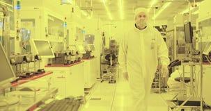 Proceso de fabricación de la oblea de silicio en un cuarto limpio almacen de video