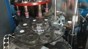 Proceso de fabricación de las tazas de papel almacen de metraje de vídeo