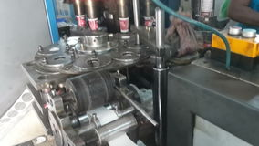 Proceso de fabricación de las tazas de papel almacen de video