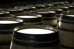 Proceso de fabricación de los barriles para el vino Foto de archivo libre de regalías