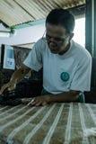 Proceso de fabricación del batik fotografía de archivo libre de regalías
