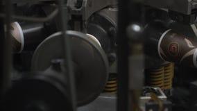 Proceso de fabricación de la taza de papel para que café vaya Piezas de la máquina de rotación almacen de metraje de vídeo