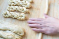 Proceso de fabricación de la torsión china tradicional de la comida fotos de archivo