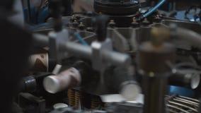 Proceso de fabricación de las tazas de papel para las bebidas calientes Piezas de la máquina de rotación almacen de video