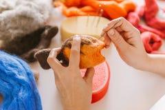 Proceso de fabricación de los juguetes suaves de las lanas Fotografía de archivo libre de regalías