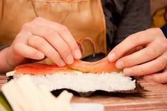 Proceso de hacer el sushi Fotos de archivo