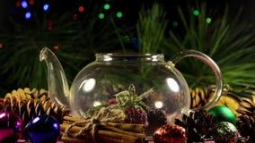 Proceso de hacer infusión de hierbas de la baya de la Navidad metrajes