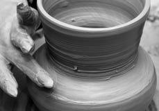 Proceso de hacer la loza en una rueda del ` s del alfarero fotografía de archivo libre de regalías