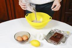 Proceso de hacer los molletes del chocolate Imágenes de archivo libres de regalías