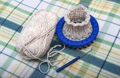 Proceso de hacer punto calcetines de las lanas en un telar circular Fotografía de archivo
