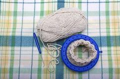 Proceso de hacer punto calcetines de las lanas en un telar circular Foto de archivo libre de regalías
