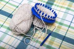 Proceso de hacer punto calcetines de las lanas en un telar circular Imagenes de archivo