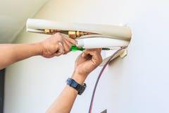Proceso de instalación del acondicionador de aire fotos de archivo