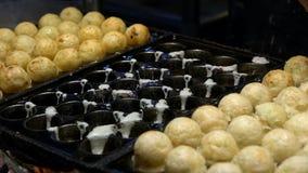 Proceso de la cámara lenta a cocinar Takoyaki Bocado japonés Bola-formado popular almacen de metraje de vídeo