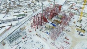 Proceso de la construcción de departamentos usando las grúas de elevación metrajes
