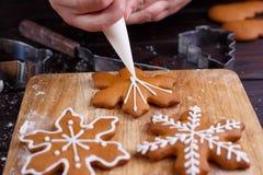 Proceso de la decoración de la panadería de la Navidad Adornamiento del confitero Fotos de archivo