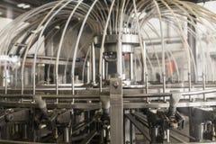 Proceso de la fabricación de la cerveza en la cervecería - embotelladora fotos de archivo libres de regalías