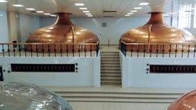 Proceso de la fabricación de la cerveza en los tanques del metal en una fábrica almacen de metraje de vídeo
