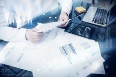 Proceso de la gestión de inversiones Documento del informe de mercado del trabajo del comerciante de la foto Utilice los disposit Imagen de archivo