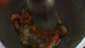 Proceso de la goma del camarón usando el mortero y la maja almacen de video
