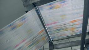 Proceso de la impresión del periódico en una instalación de la tipografía metrajes