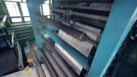 Proceso de la impresión fresca del periódico, cierre para arriba