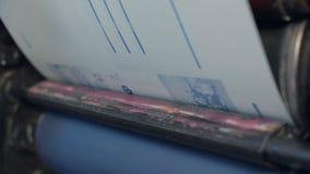 Proceso de la laminación del folleto en la casa de impresión