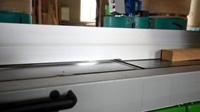 Proceso de la madera con el avión eléctrico en taller metrajes