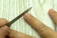 Proceso de la manicura en cierre del salón de belleza para arriba imagenes de archivo
