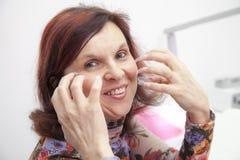 Proceso de la manicura en la mano femenina Imagenes de archivo