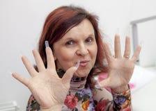 Proceso de la manicura en la mano femenina Fotografía de archivo libre de regalías