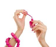 Proceso de la manicura - las manos femeninas hermosas con la manicura rosada, son Imágenes de archivo libres de regalías