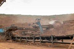 Proceso de la maquinaria en mina de carbón Imágenes de archivo libres de regalías