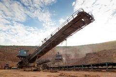 Proceso de la maquinaria en mina de carbón Imagen de archivo
