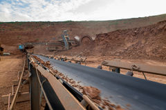 Proceso de la maquinaria en mina de carbón Imagen de archivo libre de regalías