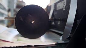 Proceso de la prensa de la cadena de producción de los periódicos en la casa de impresión almacen de metraje de vídeo